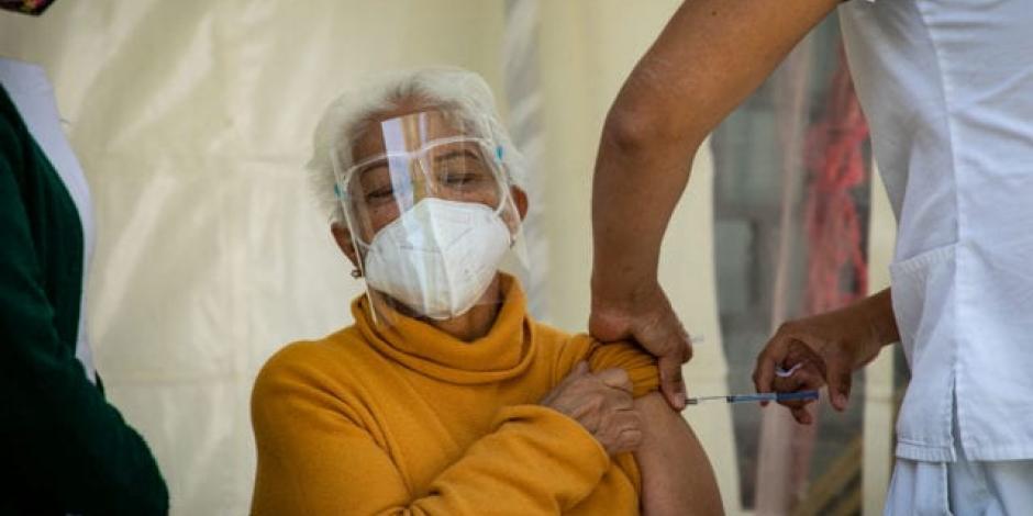 Inoculación de adultos mayores avanza al 66%