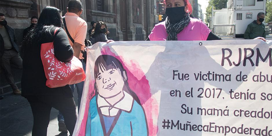 Activista protesta contra la violencia de género en México, en el Zócalo capitalino, en noviembre de 2020.