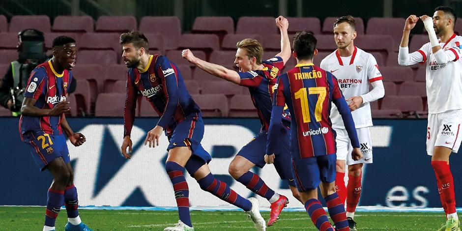 Futbolistas del cuadro blaugrana festejan el gol de Piqué, ayer.