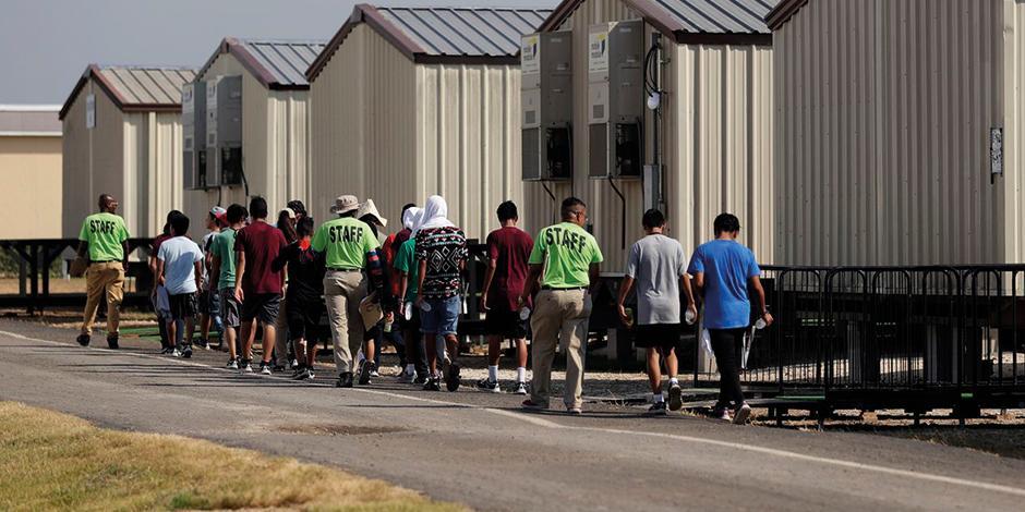Personal de ICE traslada a niños arrestados, en Texas.
