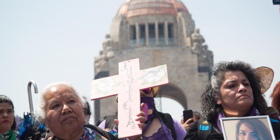 Mujeres se manifiestan durante la marcha del 8M de 2020.