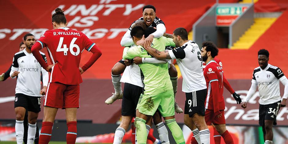 Futbolistas del Fulham celebran el triunfo de ayer, ante el Liverpool.