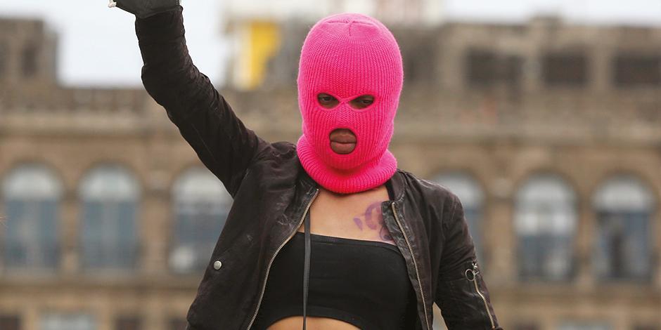 Una activista protesta contra la violencia de género en el país, ayer, en el Zócalo.