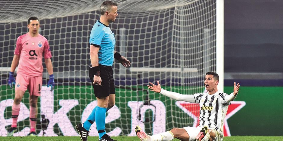 cristiano Ronaldo reclama una falta al árbitro , ayer, en Italia.
