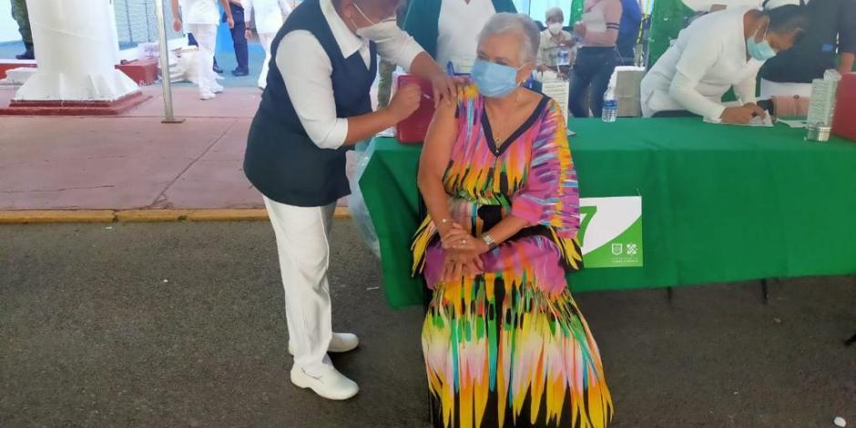 Se vacuna Olga Sánchez Cordero contra Covid-19