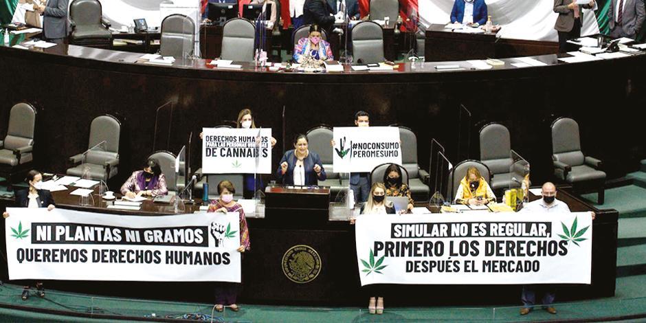 Diputados de Movimiento Ciudadano desplegaron mantas en la tribuna de San Lázaro, durante la discusión de la legalización de cannabis, ayer.