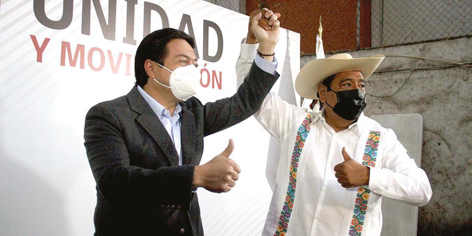 mario Delgado, líder del partido, levanta la mano del candidato en diciembre pasado.