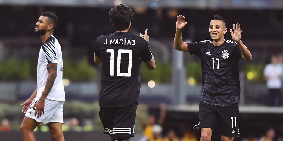 José juan macías y Roberto Alvarado festejan un gol con la Selección Mayor.