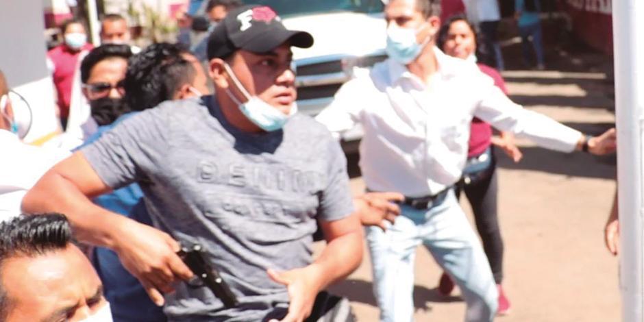 Hombre MUESTRA arma de fuego para amenazar a funcionarios, ayer en Oaxaca.