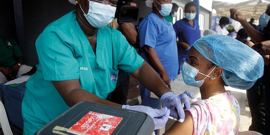 Personal sanitario de Nigeria aplica las dosis de AstraZeneca que recibió el pasado 12 de marzo.