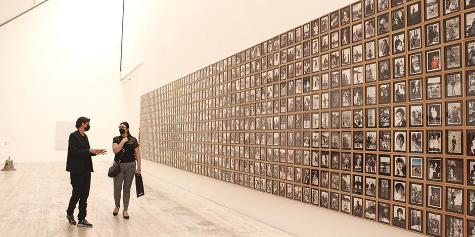 Todas las fotografías verticales de los Archivos J.R. Plaza, documentadas fotográficamente, de Iñaki Bonillas.