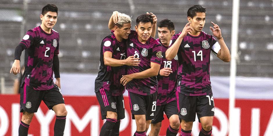 jugadores de la Selección Nacional festejan el primer gol contra los canadienses, ayer, en la cancha del Jalisco.