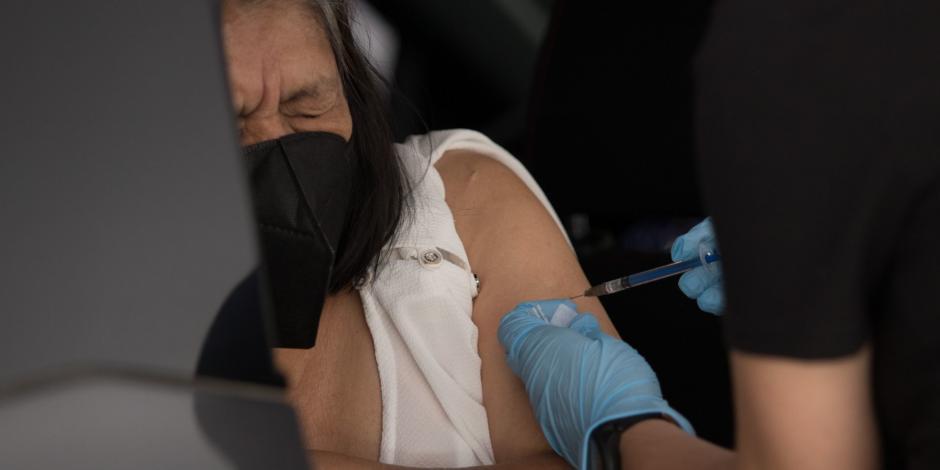 Vacunan a adultos mayores