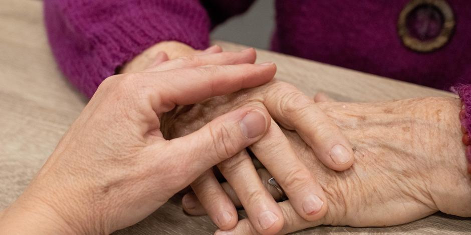 Adulta mayor es consolada