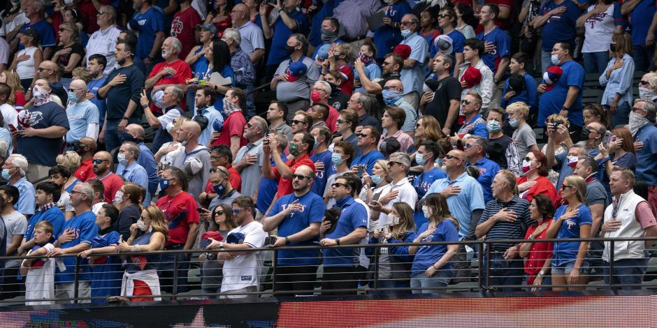 Azulejos vencen a los Rangers en primer estadio lleno desde que inició la pandemia
