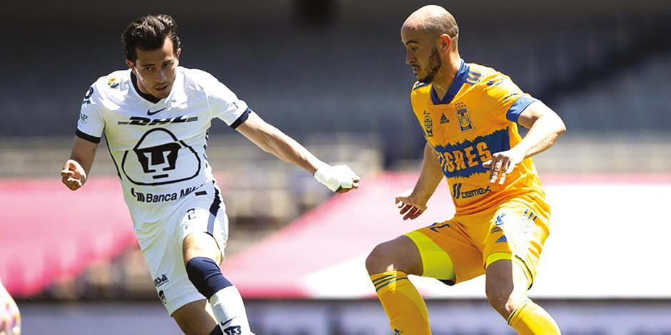 alan mozo conduce el balón, ayer, ante la marca de Carlos González en el Estadio OIímpico Universitario.