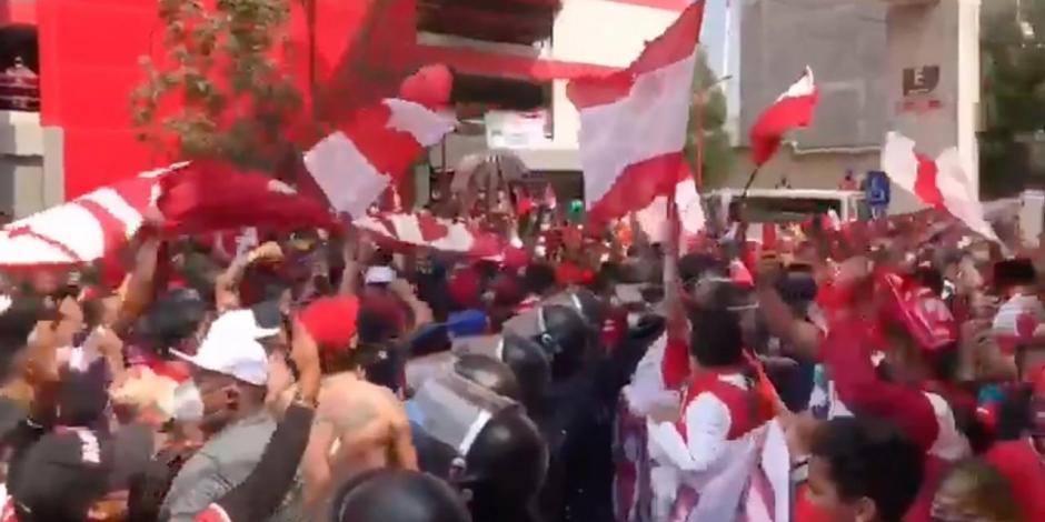 VIDEO: Fans del Toluca violan protocolo sanitario y apedrean autobús del América