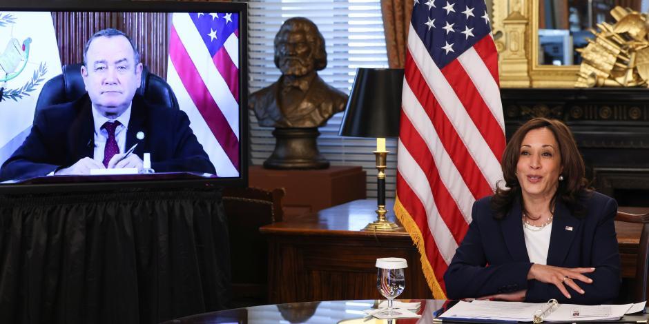 Harris conversa por videollamada  con el presidente de Guatemala, ayer.