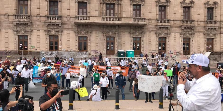 LOS MANIFESTANTES llegaron a Palacio de Gobierno; ahí realizaron un mitin.