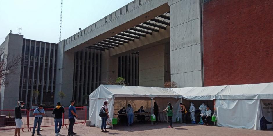 vecinos acuden a un módulo en la alcaldía Cuauhtémoc para hacerse la prueba, ayer.