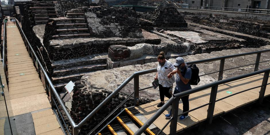Turistas pasean por  la zona central del Templo Mayor.