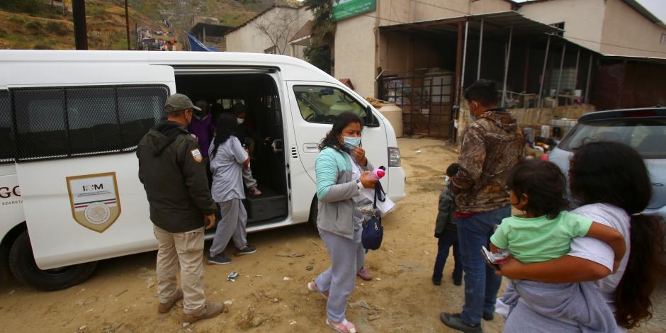 Centroamericanos retornados de EU llegan a un albergue en Tijuana, el 13 de abril.