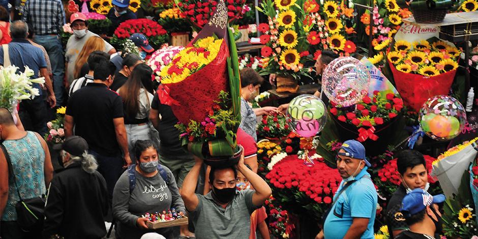 Decenas de personas acuden al Mercado Jamaica por flores para celebrar el 10 de mayo; este lunes cambia el semáforo.