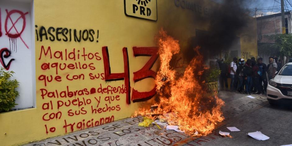 Normalistas vandalizan sede del PRD
