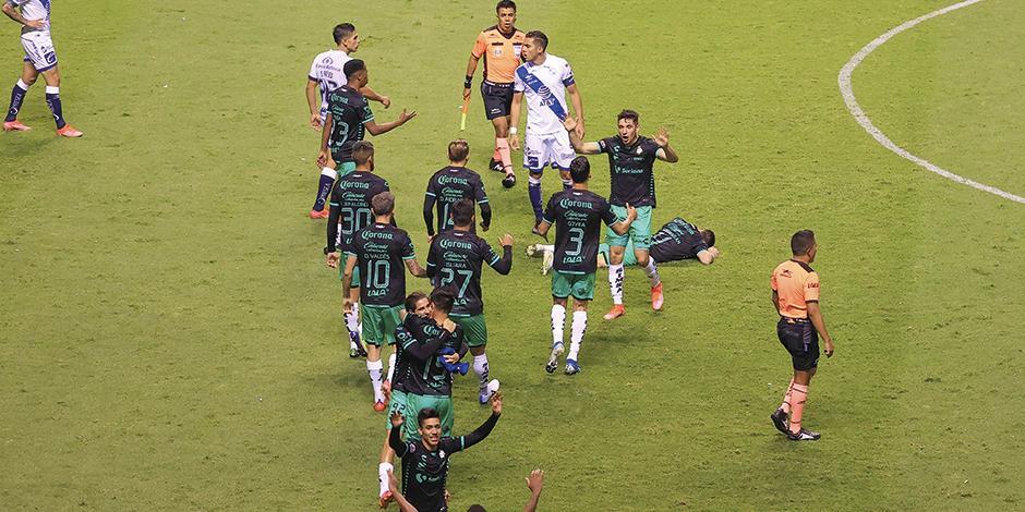 Futbolistas laguneros celebran su pase a la final, ayer, en el Estadio Cuauhtémoc.