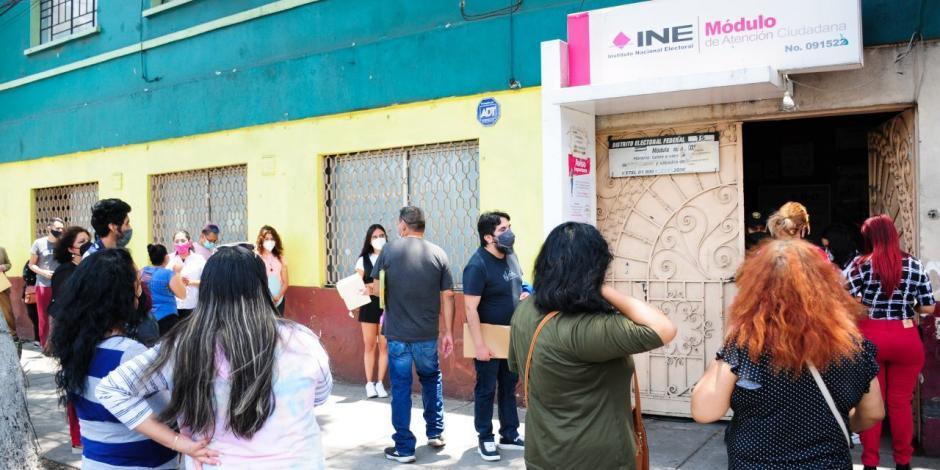 Personas esperan su turno afuera del módulo del INE.