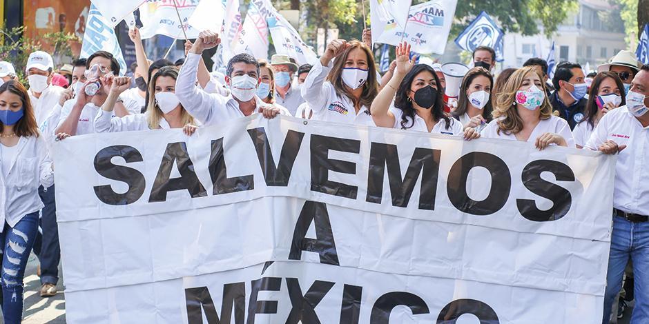 Al centro, Margarita Zavala y el candidato por Miguel Hidalgo, Mauricio Tabe, durante el cierre de campaña, ayer.