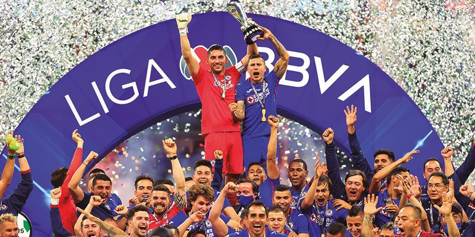 Futbolistas de la Máquina celebran con el trofeo de la Liga MX.