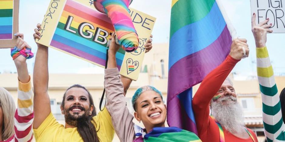 desfile-orgullo-gay-banderas-pancartas-lgbt-al-aire-libre