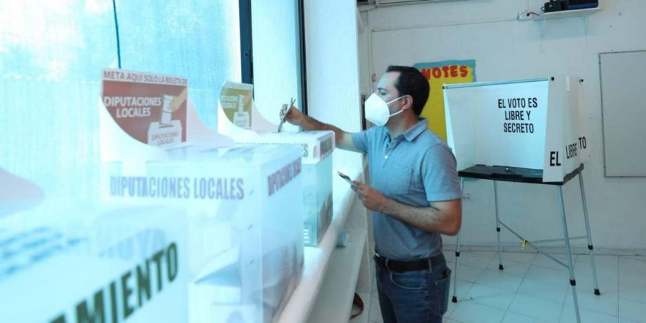 Mauricio Vila Dosal emite su voto en Mérida.