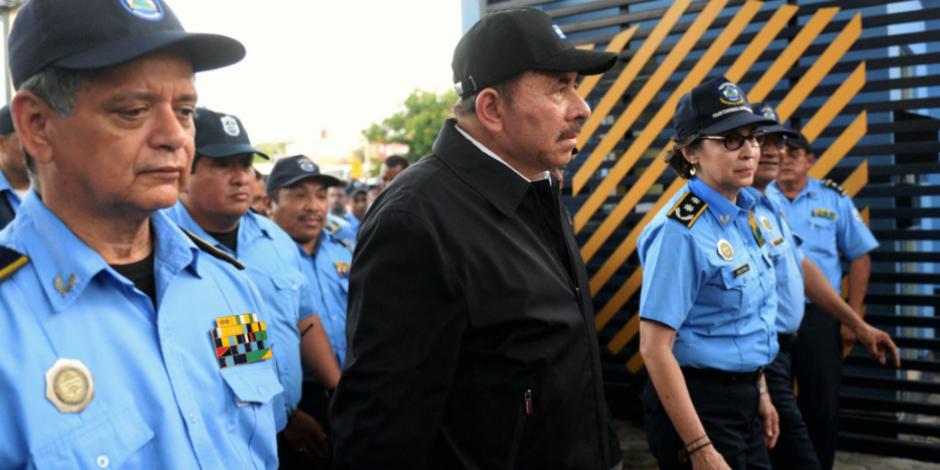 El presidente de Nicaragua junto con elementos de la policía en foto de archivo.