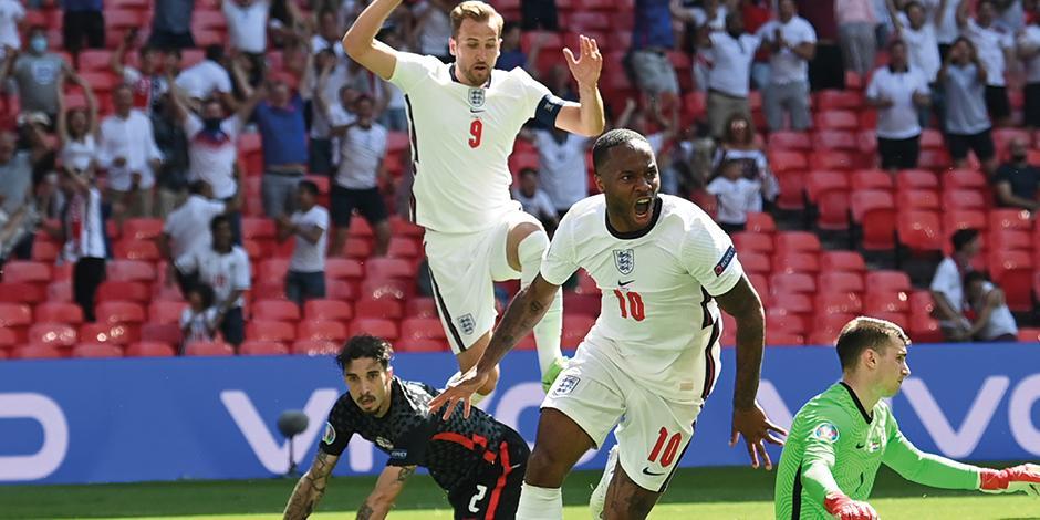 Sterling celebra la anotación que le dio la victoria, ayer, a Inglaterra.