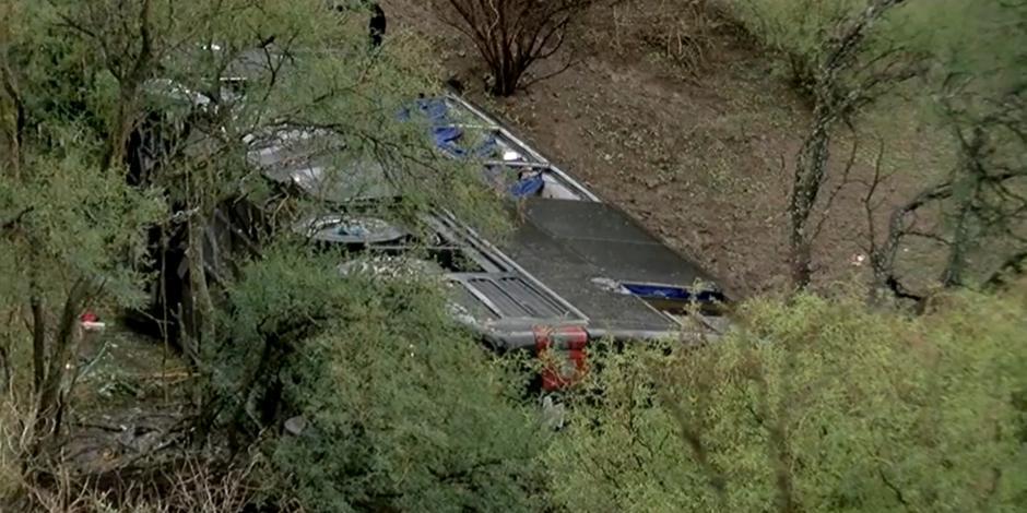 Camión volcado cae a barranco.