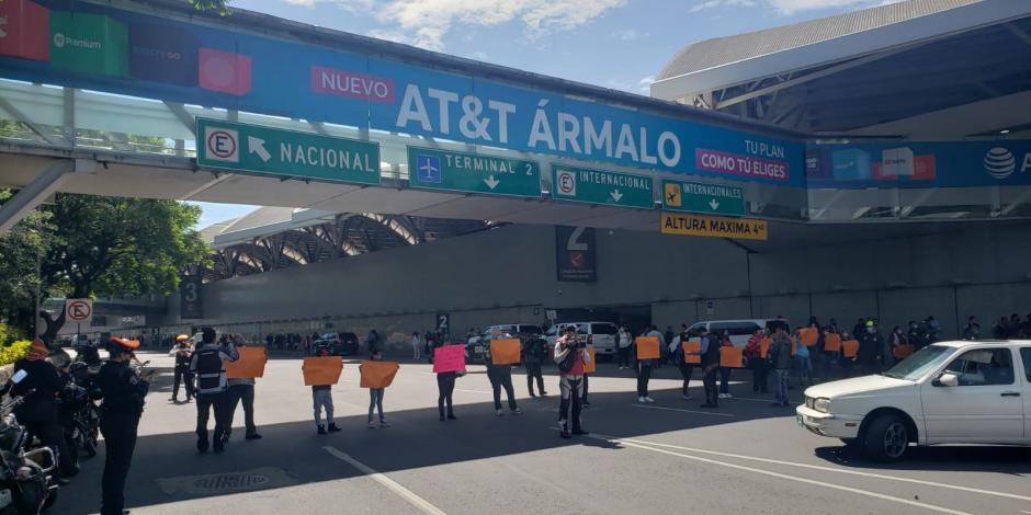 Padres de niños con cáncer bloquean acceso a la Terminal 1 del AICM.