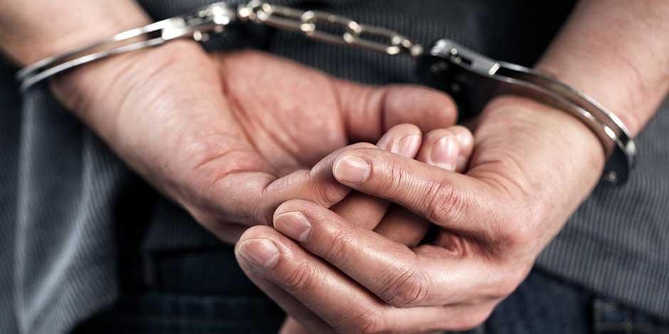 Detenido con esposas