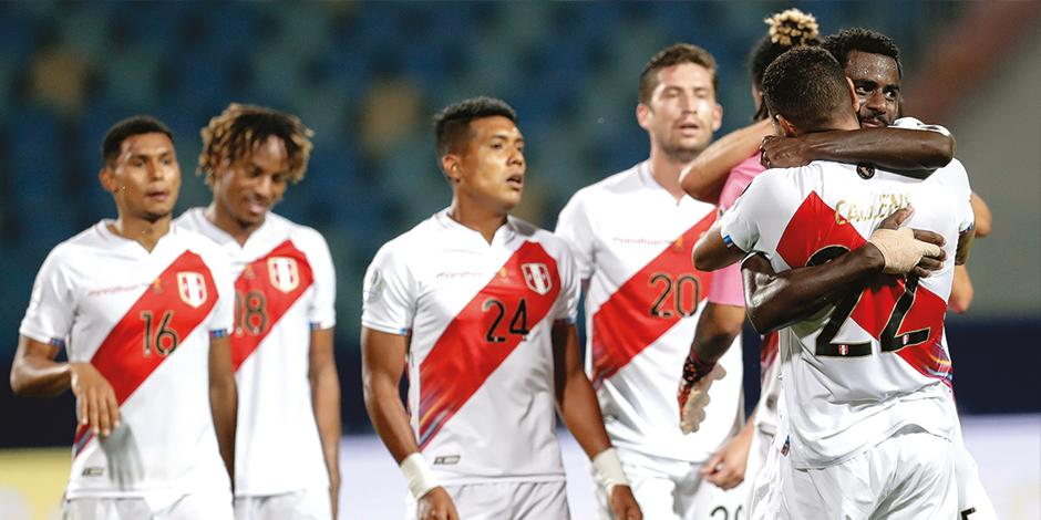 Futbolistas andinos celebran el triunfo que consiguieron ayer ante Colombia en la justa regional.