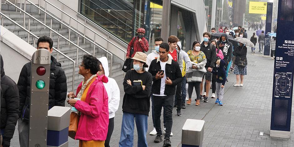 Británicos hacen fila afuera de un estadio en Londres para recibir la vacuna antiCovid-19, ayer.