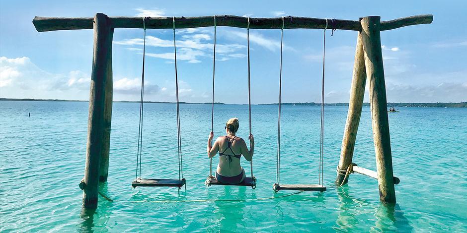 Bacalar:  La impresionante laguna atrae a los turistas por las variadas tonalidades de azul, siete en total. Se puede recorrer en paseos en barco que se ofertan en la zona. Si acudes a este lugar no te pierdas la visita a los cenotes Cocalitos, de la Bruj