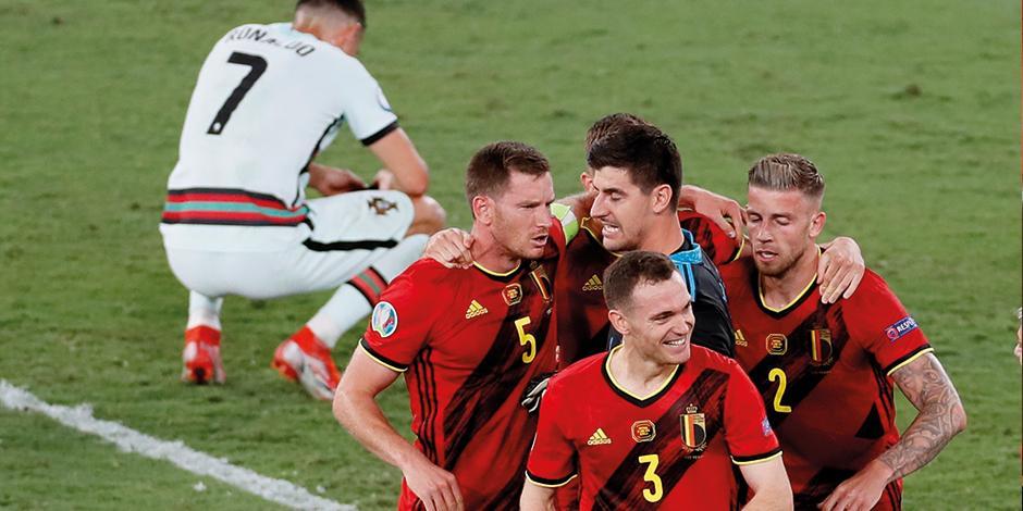 Futbolistas de los Diablos Rojos celebran, mientras CR7 se lamenta, ayer.