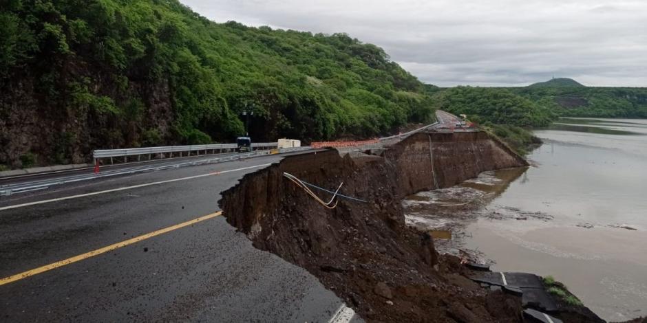 Tramo de autopista colapsa por huracán Enrique