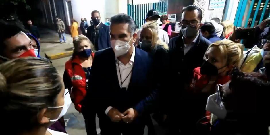 Alejandro Moreno con familiares de simpatizantes atacados, este miércoles.