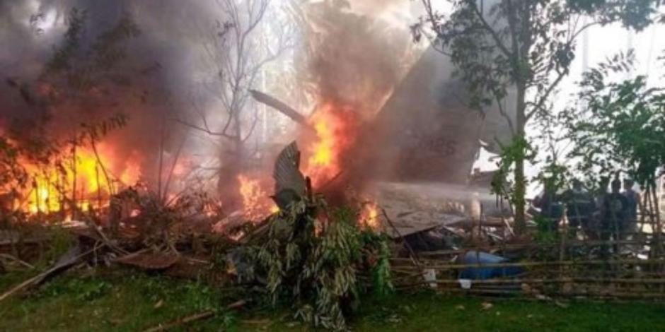 Aumenta a 50 la cifra de muertos por accidente de avión militar en Filipinas