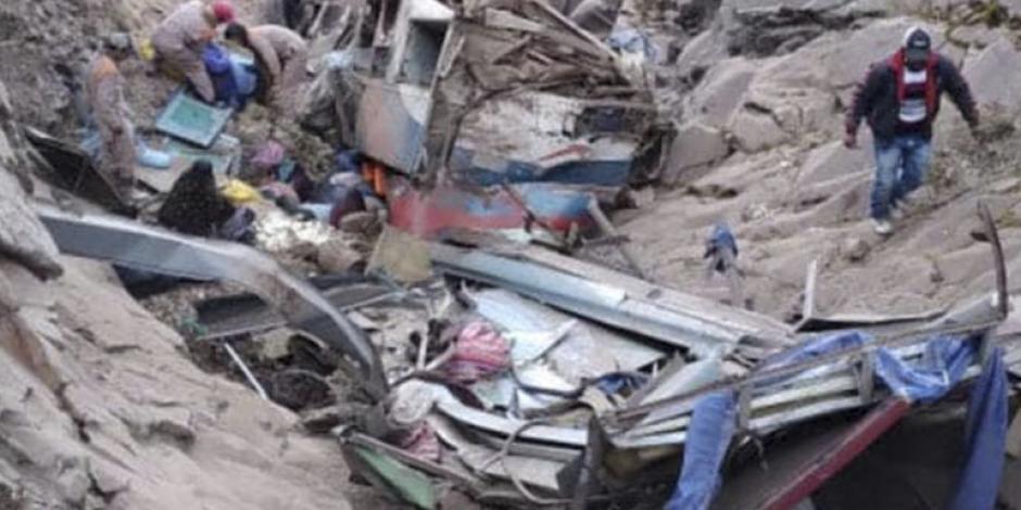 Restos del autobús que cayó en un barranco de Chuquisaca, Bolivia.