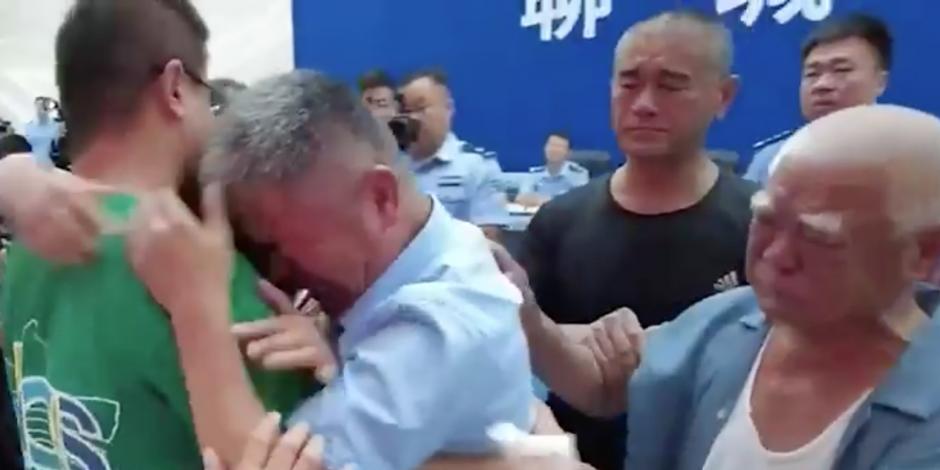 Familiares reciben con lágrimas y abrazos al joven.