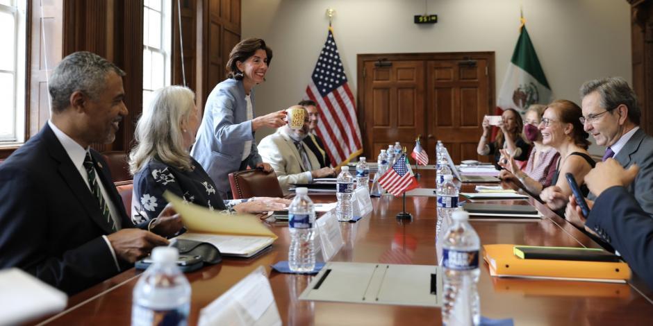 Tatiana Clouthier con Esteban Moctezuma y funcionarios de EU, este miércoles.