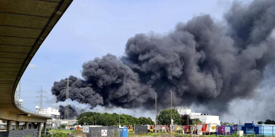 Una nube negra de humo se alza sobre un parque industrial en Leverkusen, Alemania